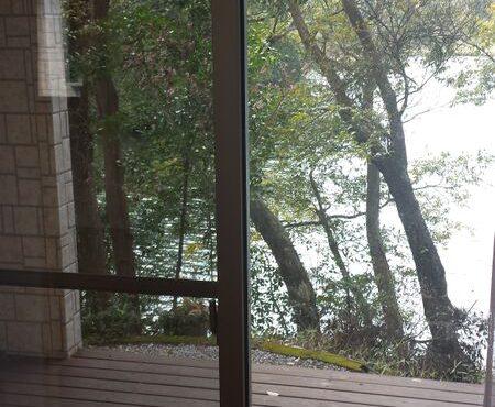 自然に囲まれた池の畔に建つ中古住宅!